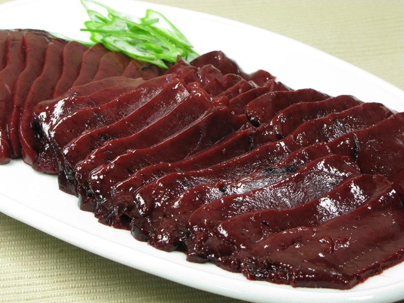 在日本有不少餐厅,特别是居酒屋、韩国烤烤店,将各种肝类切成片,是一种像吃生鱼片一样的吃法。因为近年出现了几起生吃动物肝脏而导致食物中毒的现象 日前日本厚生劳动省宣布了从今年7月1日起,为了防止食物中毒,任何物流不得提供生食用牛肝、鸡肝、马肝等,任何餐厅都将禁止出售这道菜。 为此,诸多牛、马、鸡等内脏美食者在即将不能再吃生肝的情况下,大吃特吃使得诸多店铺的进货量高出以往5倍多。还有二十几个小时就再也不能吃了。相信这会儿一定有很多日本人在吃呢。我们中华饮食文化里没有这道菜,恐怕难以接受。 生牛肝片 生鸡肝片
